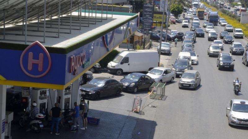 بات مشهد طابور السيارات أمام محطات البنزين مألوفًا في لبنان